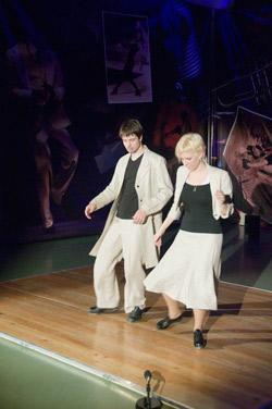 Пара танцует стэп